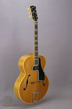 Gibson L7 with a Gibson McCarty pickguard/pick-up from 1961, blonde finish.
