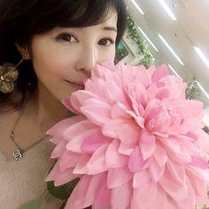 【marie.flower】さんのInstagramをピンしています。 《二月から始まる#FLOWERSbyNAKED さんの物販の#花材 と🌸 春に出す予定の大人気#ブランド さんとの#新商品 の花材と、銀座のお店の#内装 で使わせていただく#お花 を探してきました🌺 とっても可愛い#グラデーション のお顔よりでっかい#ダリア を見つけましたが‼︎数が合わず断念😿 #ピンク のカラーが本当に可愛かった💕 #仕入れ #アーティフィシャルフラワー #桜 #flower #ArtificialFlower#handmaid #大輪 #Dahlia #壁面緑化》