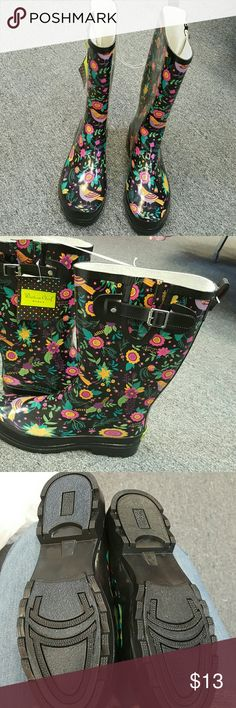 Western Chief Women's Bird Floral Rain Boot The Bird Floral Rain Boot enchants with its nature-themed print. This all-natural rubber upper is graced with prints of intricately detailed flowers and birds. Furthermore, its smooth exterior has a glossy finish that ensures water rolls down its surface for a dry exterior. There is an adjustable buckle closure near the collar that gives you the right fit. A treaded rubber outsole is fitted to this boot. The inside is lined with cotton/polyester to…
