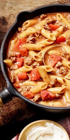 Mit Hackfleisch lassen sich so viele tolle Gerichte zubereiten. Hier eine cremige Hackfleisch-Nudel-Pfanne mit frischen Tomaten. Schon mal probiert?