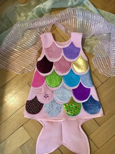 """This costume dress is just over the head to pull and finished the little . : This costume dress is just to pull over your head and finished the small, colorful, iridescent fish. The """"basic dress"""" is made of … How To Start Knitting, Knitting For Kids, Hat Patterns To Sew, Knitting Patterns, Knitting Baby Girl, Knitted Hats Kids, Knit Baby Dress, Kids Dress Up, Baby Turban"""