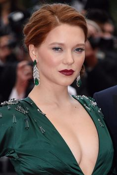 Saint Laurent premiere - May 17 2014 Sultry red lipstick, flawless skin and a romantic up-do lent Lea Seydoux a Forties-style beauty in keeping with her emerald Prada gown. Side Part Updo, Side Plait, Celebrity Hairstyles, Cool Hairstyles, Cannes Film Festival 2015, Lea Seydoux, Tousled Hair, La Rive, Sleek Ponytail