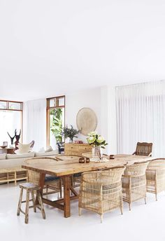 dining room 461337555577284725 - A tree change to Byron Bay gave this family a chance to work with local artisans to create a relaxed, all-white home. Earthy Home Decor, White Home Decor, Ideas Cabaña, Fotos Ideas, Decor Ideas, Bisque Interiors, Deco Boheme Chic, Living Comedor, Dining Room Inspiration