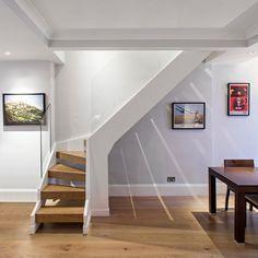 escalier quart-tournant à marches en bois massif avec garde-corps en plaques de verre