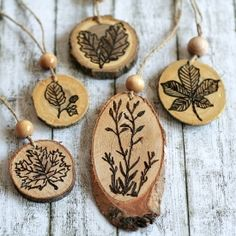 You don& even have to know how to draw to create these natural looking, wood-burned ornaments for fall. - DIY woodworking - You don& even have to know how to draw to create these natural looking, wood-burned ornaments - Wood Burning Crafts, Wood Burning Patterns, Wood Burning Art, Wood Crafts, Diy And Crafts, Arts And Crafts, Summer Crafts, Pot Pourri, Christmas Crafts