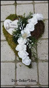 Kapcsolódó kép Art Floral Noel, Arte Floral, Funeral Flower Arrangements, Funeral Flowers, Cemetary Decorations, Funeral Posters, Winston Flowers, Cemetery Flowers, Sympathy Flowers
