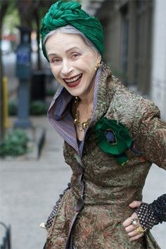 green turban and rosette brooch - sheer panache - if i get to be her age, i wanna have her style ;)