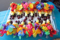 Hawaiian party decorations are the most interesting ideas to celebrate any parties with luau theme party like Hawaiian tradition. With luau theme party it looks a unique decoration. Aloha Party, Hawaii Party Food, Hawai Party, Hawaiian Luau Party, Hawaiian Birthday, Tiki Party, Luau Birthday, Hawaiian Theme, Hawaiian Rainbow