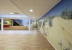 Duinfotografie van Fas Keuzenkamp als basis voor een wandprint van 15 meter. De print loopt door op de kastdeuren die in de wand zitten. We hebben hiervoor een hoogwaardige interieurfolie van 3M gekozen die naadloos is aangebracht.   In opdracht van De Heldringschool in Den Haag voor R4A architecten.
