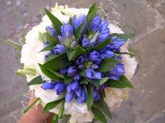 Bouquet con lisianthus bianco e gentiana blu