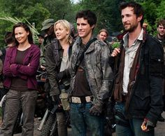 Pictures of Noah Wyle, Drew Roy, and Moon Bloodgood in the TNT Invasion Drama 'Falling Skies' Falling Skies, Paranormal, Seychelle Gabriel, Moon Bloodgood, Jessy Schram, Science Fiction, Noah Wyle, Sky Tv, Post Apocalyptic Fashion