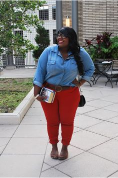 Great casual outfit, esp. the fun red jeans. (Curvy fashion. Plus size. Body positive.)