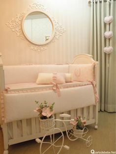 Enxoval de berço rosa com ursos, lacinhos e pérolas. A cortina cinza tem três corações rosa pendurados, ficou lindo!