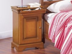 Minet nachtkast Louis Philippe ,verborgen la,kersen gelakt,hout,slaapkamer, breed 42 cm.,hoog 64 cm.,diep 33 cm. theo bot