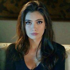 O da cok iyi biliyor.... Seninle hahahahha;) Imkansiz!! Turkish Women Beautiful, Turkish Beauty, Prettiest Actresses, Beautiful Blonde Girl, Turkish Fashion, Scarf Hairstyles, Woman Face, Pretty Face, Pretty People