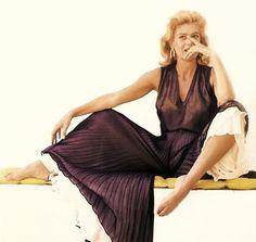 Melina Mercouri, in una foto di Chiara Samugheo. Die A, Greek Icons, Best Actress Oscar, Old Hollywood Actresses, Film Icon, Greek Culture, Women Figure, Amy Winehouse, Great Women
