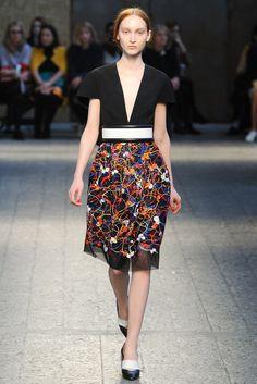 Transparencia discreta como detalle en esta colorida falda presentada por Sportmax durante el #MFW