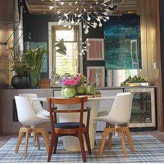 """""""Design levanta decoração, realçando mix de influências com peças versáteis e compactas em espaço cheio de charme e estilo by @paolaribeiroarqinteriores…"""""""