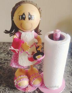 Boneca porta papel toalha Versão LUXO  Produto EXCLUSIVO e LIMITADO !  Feita em EVA e tecido , feita à mão  Um charme para decorar sua cozinha !    Várias estampas e cores!   Informe suas preferências no ato da compra