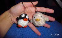 Pollito y Pingüino Llavero Amigurumi - Patrón Gratis en Español aquí: http://zitaybolita.blogspot.com.es/2014/09/de-un-par-de-semanas-desaparecida-por.html?m=1