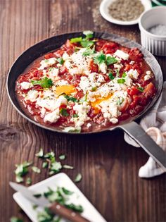 Pochiertes Ei und Tomate ergänzen sich perfekt in diesem traditionellen israelischen Gericht! #tomate #shakshuka #israelisch #edeka