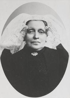 Vrouw uit Geervliet in de streekdracht van Voorne-Putten. Onder de lange muts draagt ze een oorijzer met krullen aan de uiteinden. De mutsenspelden en broche zijn ingelegd met diamanten. ca 1900 #VoornePutten #ZuidHolland