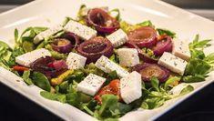 Sommersalat mit Paprikaschoten und Zwiebeln vom Grill, mit würzigem Feta und Feldsalat.