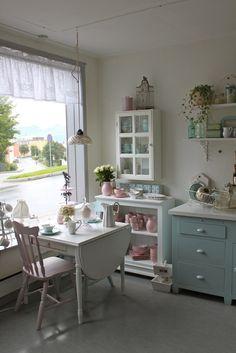 Mooi wonenmet roze.         Wat eengezellige grote keuken.       Wowww,diedeuren! De stoelen daarentegen hadden echt wit of een pastelk...