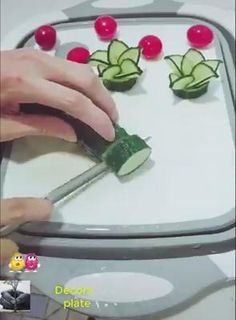 Amazing Food Decoration, Amazing Food Art, Vegetable Decoration, Creative Food Art, Food Garnishes, Garnishing Ideas, Fruit And Vegetable Carving, Food Carving, Food Crafts