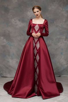 ✫ Empress Leia Vader meeting with Grand Admiral Rae Sloane Rayane Bacha, Fall 2019 What if… Darth Vader discovered Leia on Alderaan at a young age and reclaimed her. Raising her as his daughter and. Medieval Dress, Medieval Fashion, Beautiful Gowns, Beautiful Outfits, Fantasy Gowns, Costume Design, Couture Fashion, Pretty Dresses, Ball Gowns