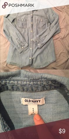 MUST GO Chambray Button Down 💙 Awesome classic chambray button down, staple in any closet! Great used condition! No marks, stains, or rips Old Navy Tops Button Down Shirts