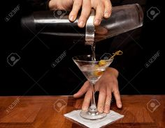 11928125-hands-of-a-bartender-holding-a-shaker-pouring-a-drink-into-a-martini-glass.jpg (1300×1019)