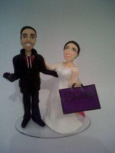 Escultura personalizada de casal de noivos (topo de bolo) conforme as características fornecidas pelos clientes.