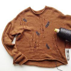 Ну, привет Инстаграмм 🤗😜 наверное все подумали, что я что-то такое этакое вяжу, что жаль показывать 🤣😂 Неа, не вяжу 😭😭😭 единственное в длительном процессе кашемировая #лакшери_рвань с вышивкой 🙌🌿 на машинке 3 класс, Piuma Carriagi Lace Knitting, Pullover, Embroidery, Sewing, Coat, Crochet, Sweaters, Jackets, Fashion