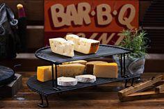 Mange forbinder grillen med sommer og grillet kjøtt, fisk eller grønnsaker. Men grillen kan også brukes til røyking av ost. Imponér med et fat hje...
