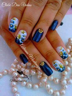 As mulheres fazem de tudo para seguir a moda, não só em relação às roupas, sapatos,penteados e maquiagens, pois elas não abrem mão de usar as unhas decoradas que entra e sai ano,e elas continuam no topo da moda. As unhas decoradas podem ser feitas em diversos modelos e com todas as cores, porém,entre as … Flower Nail Designs, Flower Nail Art, Nail Art Designs, Beautiful Nail Polish, Gorgeous Nails, Pretty Nails, Cute Nail Art, Easy Nail Art, Blue Nails