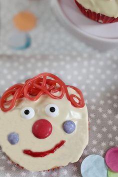 Kinder Muffins Clown: Backen kann man zu jedem Anlass. Die Clown Muffins eignen sich als Karneval Muffins genauso wie als Geburtstag Muffins. Das Fasching Rezept lässt sich durch einen unterschiedlichen Muffin Teig leicht verändern.