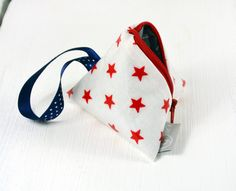 Schnullertasche+Weiß+mit+kleinen+roten+Sternen+von+Gisa's+auf+DaWanda.com