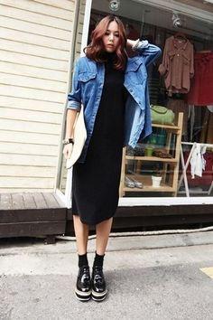 Los días ocupados exigen un atuendo simple aunque elegante, como un vestido midi y una camisa vaquera azul. ¿Te sientes valiente? Haz zapatos oxford de cuero gruesos negros tu calzado.