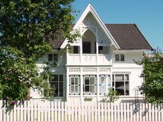 Sveitserhus ca 1840-1920 Norwegian House, Scandinavian Cottage, Home Fashion, Porch, Mansions, House Styles, Home Decor, Ideas, House