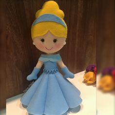 Cinderela de feltro Hobbies And Crafts, Diy Crafts For Kids, Cinderella Art, Frozen Dolls, Felt Mobile, Little Mermaid Parties, Felt Patterns, Disney Crafts, Fairy Dolls