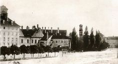 Blick auf die Nordwestecke der Herzog-Max-Burg mit Herzogenstadttor um 1860; im Hintergrund rechts der Turm der Matthäuskirche. © Stadtarchiv Sammlung Karl Valentin.