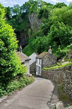 Castleton, in Derbyshire, England, United Kingdom. Oh The Places You'll Go, Places To Travel, Places To Visit, Bósnia E Herzegovina, English Village, Peak District, England And Scotland, English Countryside, Britain