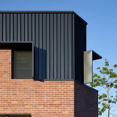 Brisbane Architects - Lockyer Architects sustainable, memorable award winning architecture and design. House Cladding, Metal Cladding, Metal Facade, Brick Facade, Wall Cladding, Brick Architecture, Residential Architecture, Architecture Details, Building Exterior