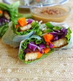 Vegan Spring Rolls with Tempeh and Fresh Veggies, paired with a homemade Spicy Peanut Dipping Sauce - from TheGlowingFridge PACKED WITH PROTEIN: edamame and tofu or tempeh Vegan Recipes, Cooking Recipes, Sauce Recipes, Cheap Recipes, What's Cooking, Vegan Meals, Vegan Spring Rolls, Clean Eating, Healthy Eating