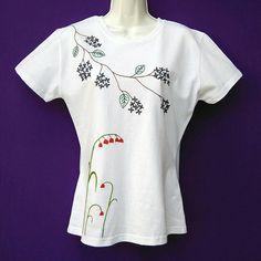 Mira este artículo en mi tienda de Etsy: https://www.etsy.com/es/listing/599033878/camiseta-bordada-a-mano-flores-playera