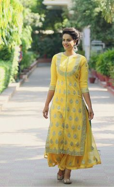 New stylish and trendy kurti neck designs - ArtsyCraftsyDad Pakistani Dresses, Indian Dresses, Indian Outfits, Kurti Neck Designs, Blouse Designs, Dress Designs, Indian Attire, Indian Wear, Stylish Dresses
