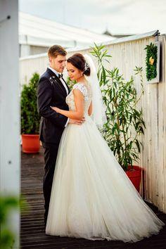 Nunta unui cuplu tanar #wedding #photoshoot #bride #groom #fotograf #nunta Couple Posing, Wedding Photoshoot, Couple Photography, Beautiful Bride, Groom, Wedding Day, Romantic, Poses, Engagement