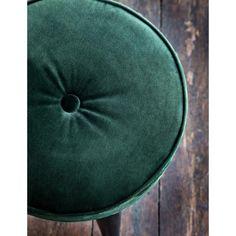 Flott liten krakk i dyp grønn velour, kan brukes ved spisebordet, i gangen eller på soverommet eller som dekorasjon i et litt tomt hjørne. Dimensjoner:d32xh48cm Materialer:Bomull, tre  Forventet levering: 2-6 arbeidsdager, 14 dagers åpent kjøp med fri retur. Vil du vite mer om produktet, send oss gjerne en email påcustomerservice@boutique1854.com