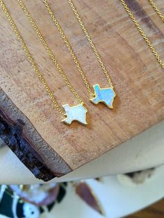 Represent the Lone Star state by adding this beautiful Texas opal necklace to your jewelry collection. Thisopal pendant is placed on a gold vermeilor…